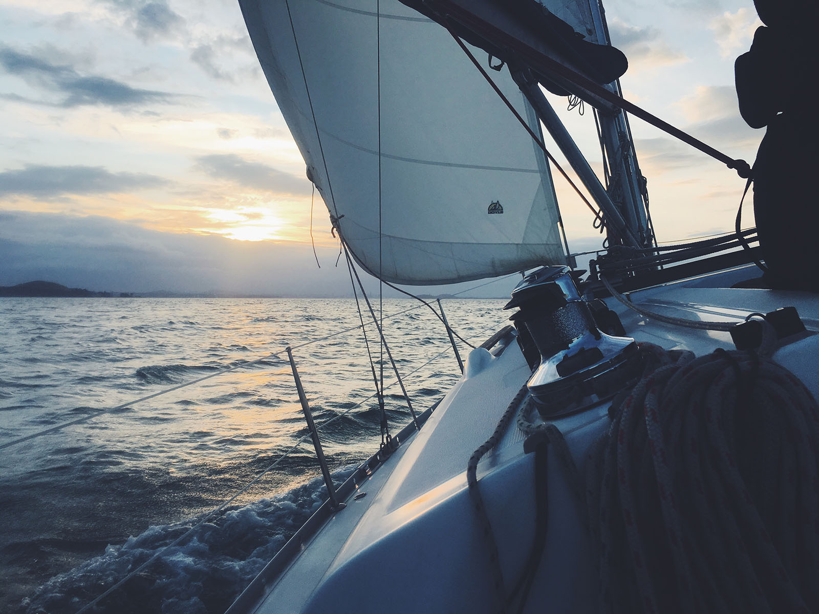 Sailing close hauled with sailtrain online RYA courses